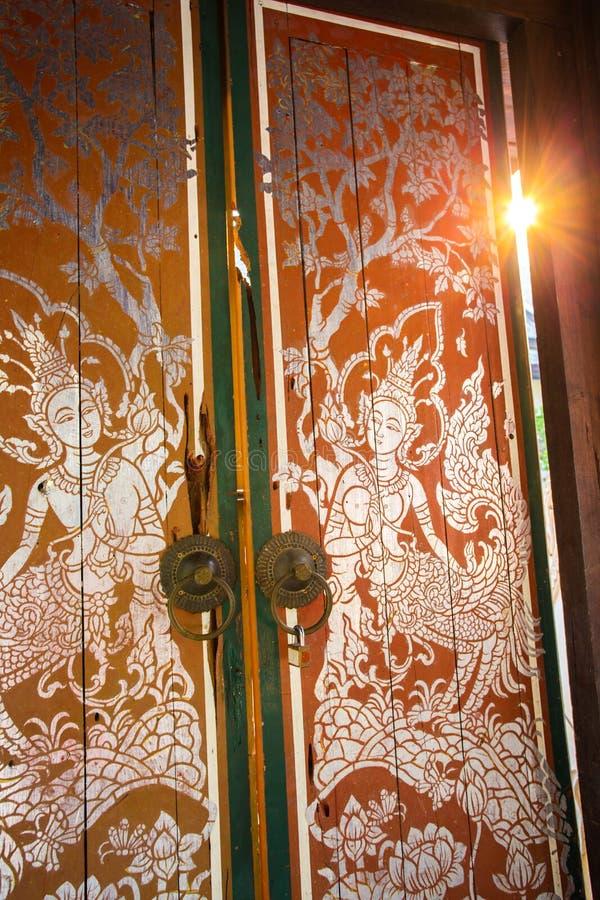 Puerta tailandesa de plata y roja de la cultura del arte en el templo imagen de archivo