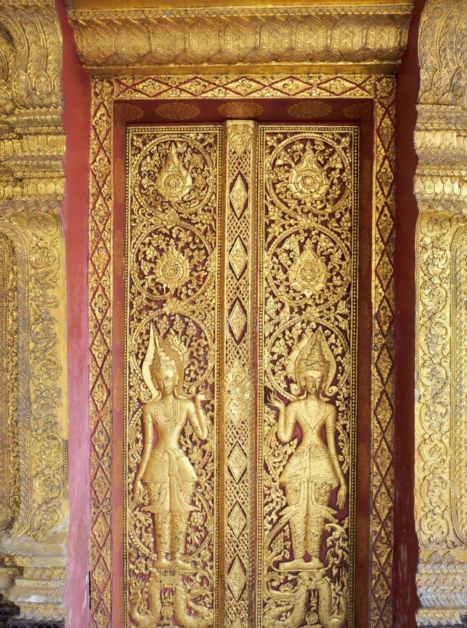 Puerta tallada bajorrelieve fotografía de archivo