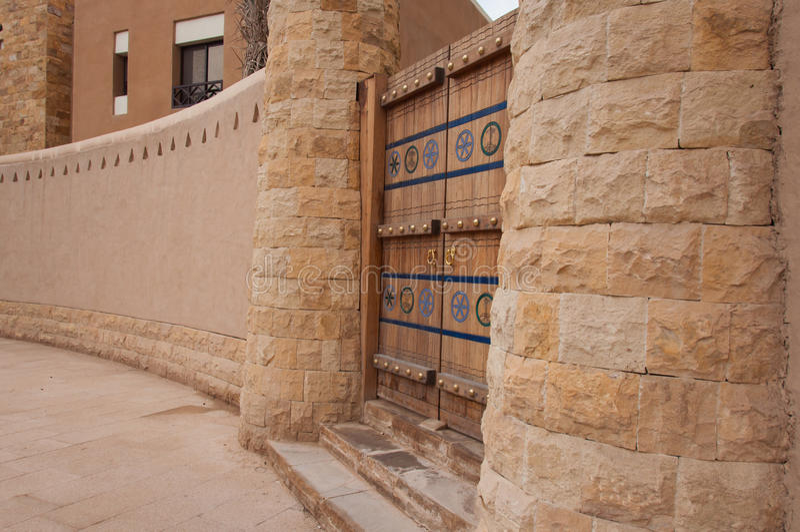 Puerta tallada hermosa en Riad, la Arabia Saudita foto de archivo