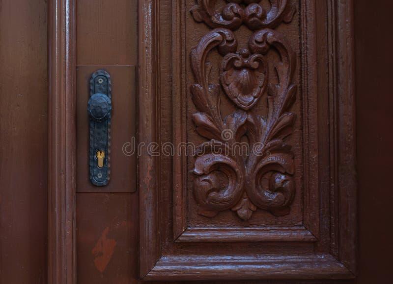 Puerta tallada vintage con una manija simple imagen de archivo