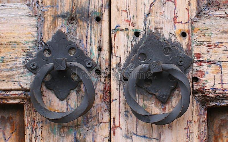 Puerta texturizada de madera del viejo vintage con las manijas del metal imágenes de archivo libres de regalías