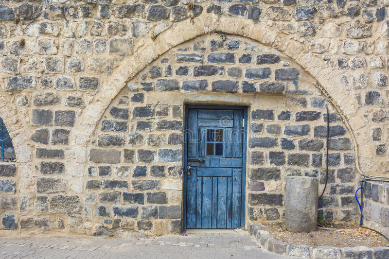 Puerta tradicional azul hermosa en pared del basalto fotos de archivo libres de regalías