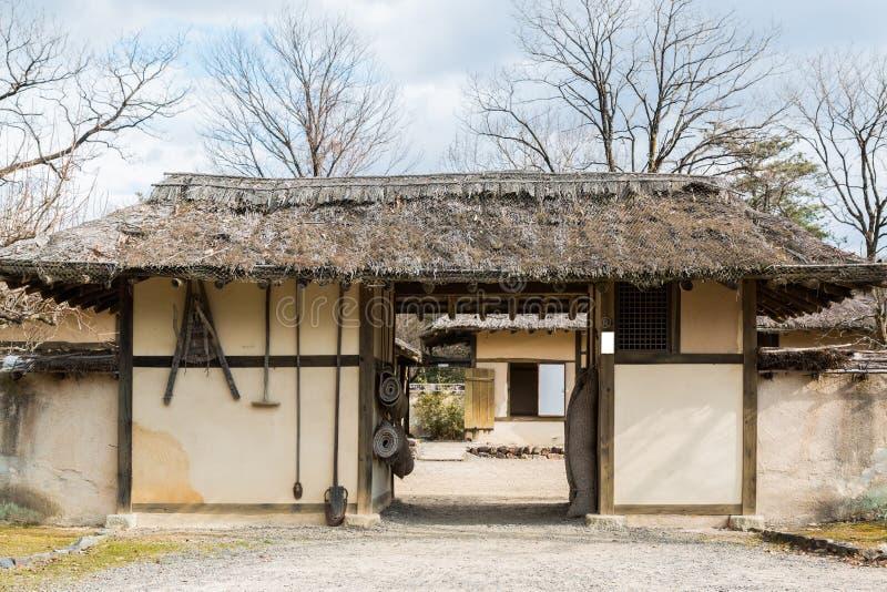 Puerta tradicional de Corea antigua en rural imágenes de archivo libres de regalías