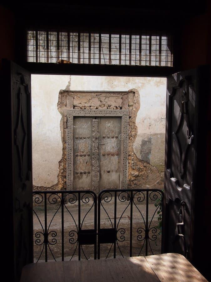 Puerta tradicional de Zanzíbar imágenes de archivo libres de regalías