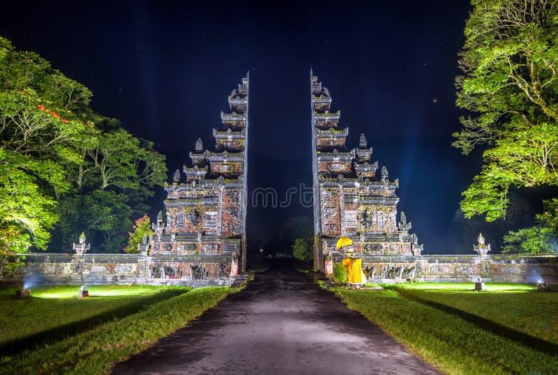 Puerta tradicional del Balinese del lanzamiento de la noche fotos de archivo libres de regalías