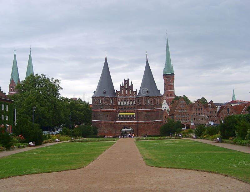 Puerta u Holstentor de Holsten en Holstentorplatz en la ciudad vieja, Lubeck Alemania imágenes de archivo libres de regalías
