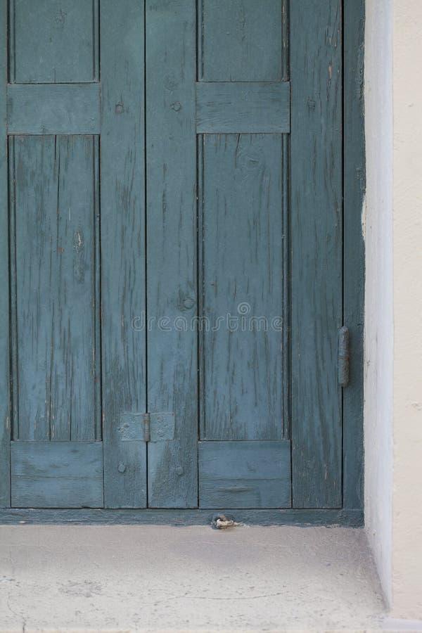 Puerta u obturador azul rústica para la pintura rústica y agrietada de la ventana fotos de archivo libres de regalías