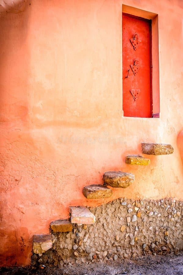 Puerta a una casa en el taghazoute, Marruecos imagen de archivo