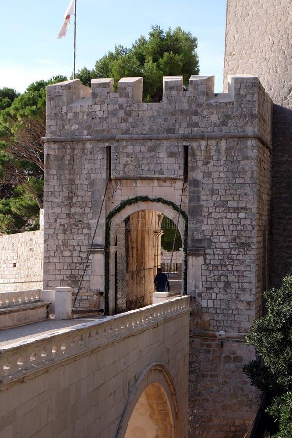 Puerta una de Ploce de las puertas de la entrada a la ciudad emparedada vieja de Dubrovnik imágenes de archivo libres de regalías