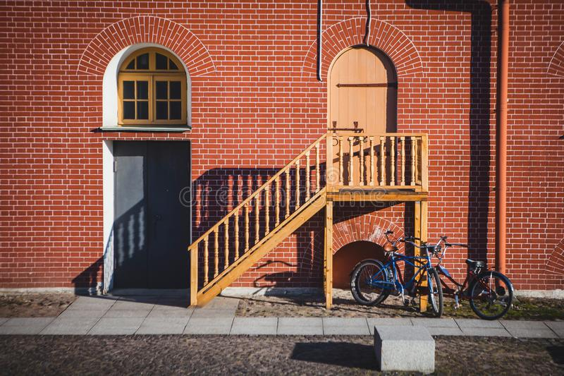 Puerta, ventana con el arco y escaleras fotos de archivo