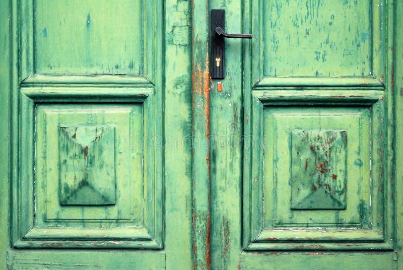 Puerta verde clásica formada escamas vieja fotografía de archivo