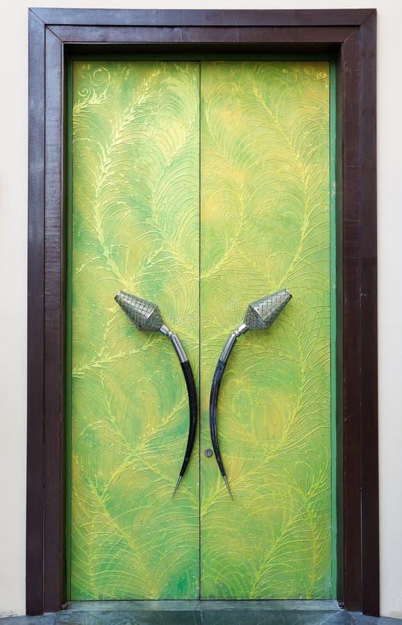 Puerta verde de la felpa con sus manos imagenes de archivo