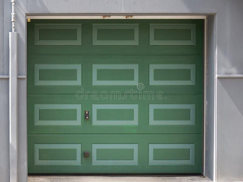 Puerta verde del garage imágenes de archivo libres de regalías