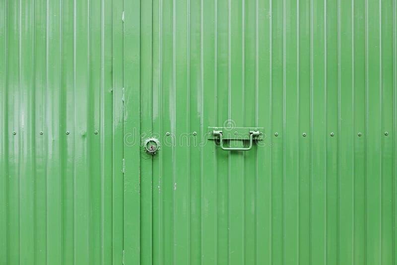 Puerta verde del metal fotos de archivo