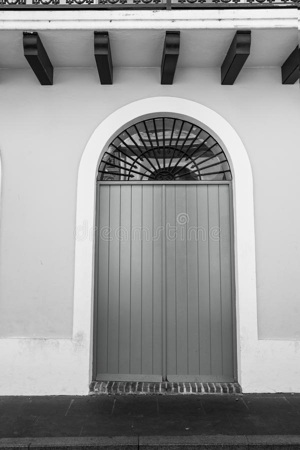 Puerta verde en la pared gris en San Juan, Puerto Rico fotografía de archivo libre de regalías