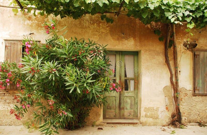 Puerta verde en Smartno foto de archivo