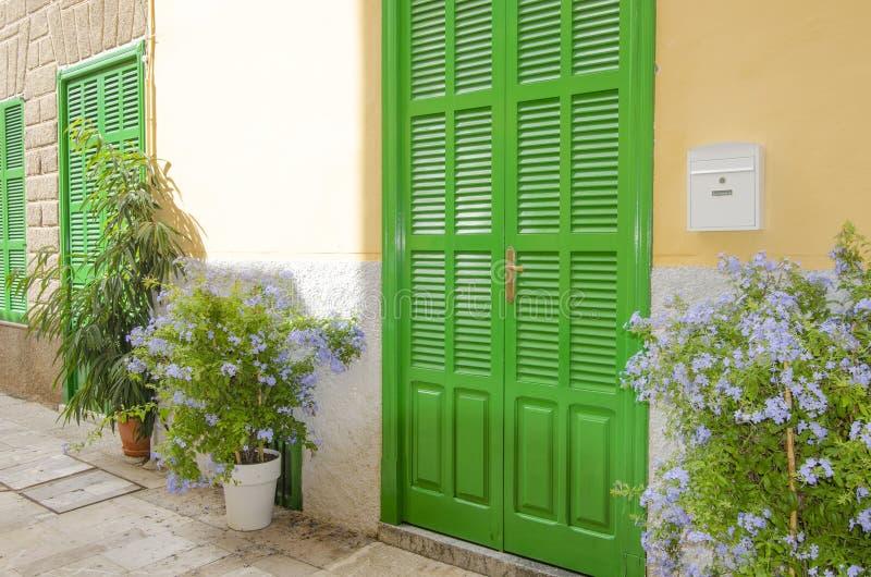 Puerta verde mediterránea del obturador en la ciudad vieja fotografía de archivo