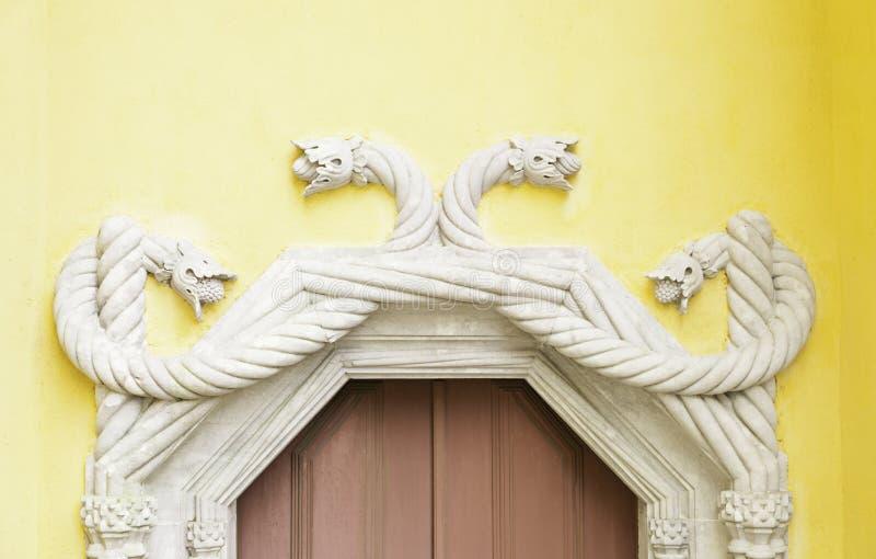 Puerta vieja adornada en Sintra imagenes de archivo