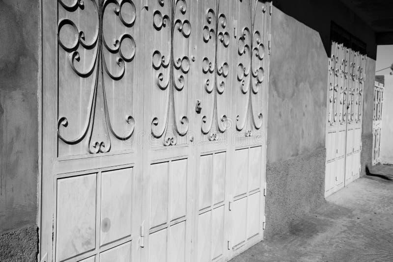 puerta vieja azul de Marruecos y madera histórica del clavo imagen de archivo libre de regalías
