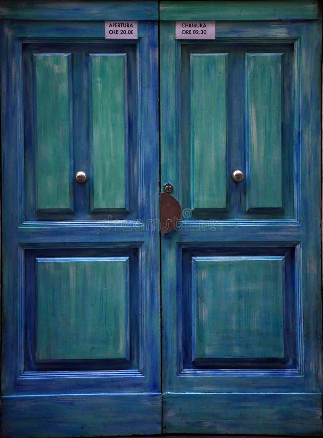 Puerta vieja azul en Florencia, Italia imagenes de archivo
