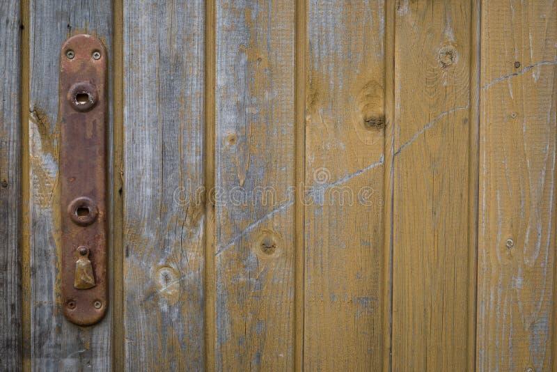 Puerta vieja con la cerradura y la manija oxidadas, fondo del estilo del sabi del wabi fotos de archivo