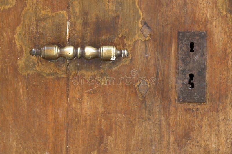 Puerta vieja con la manija de cobre amarillo fotos de archivo libres de regalías