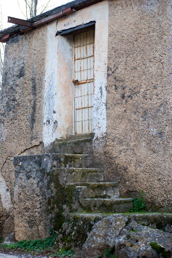 Puerta vieja con las barras de hierro fotografía de archivo