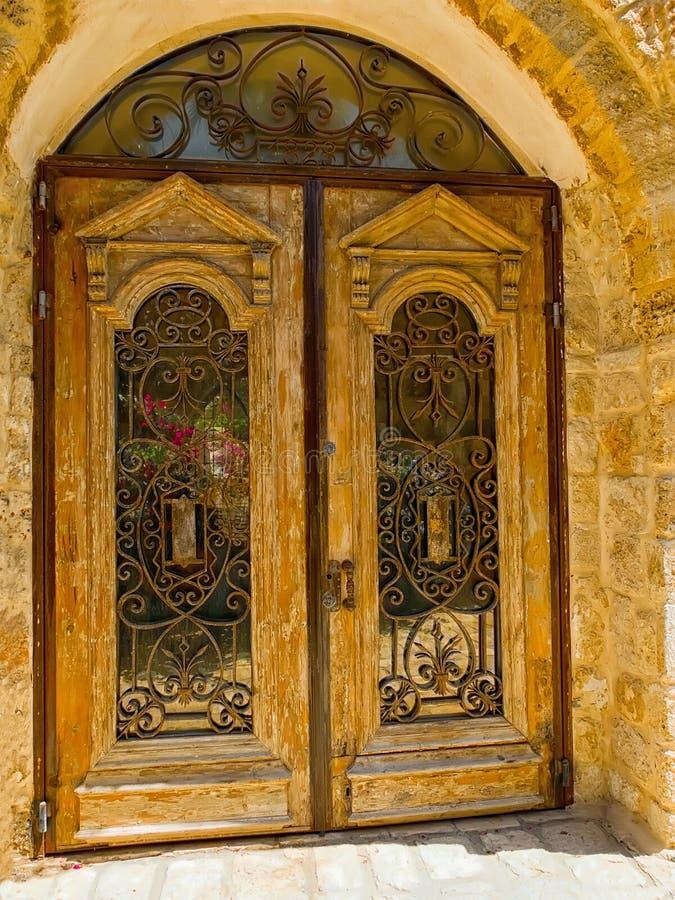 Puerta vieja con un enrejado imagen de archivo
