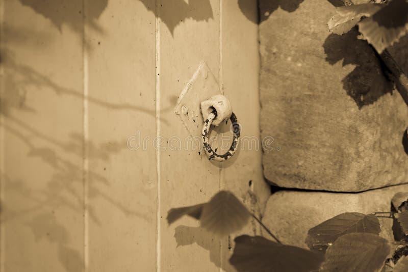 Puerta vieja con una manija fotos de archivo