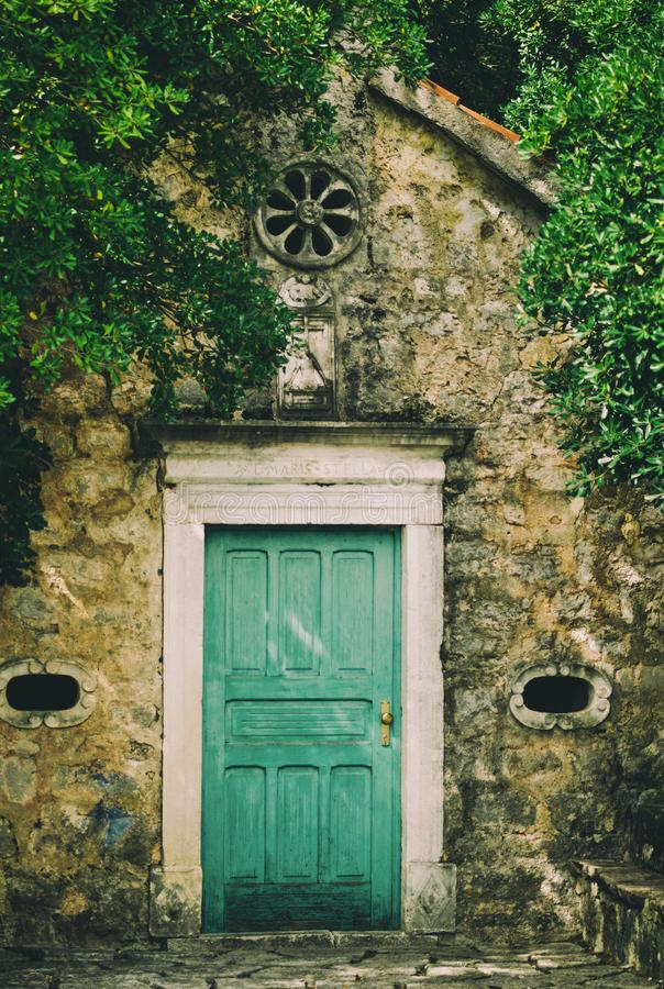 Puerta vieja de la capilla en Tivat, Montenegro fotos de archivo