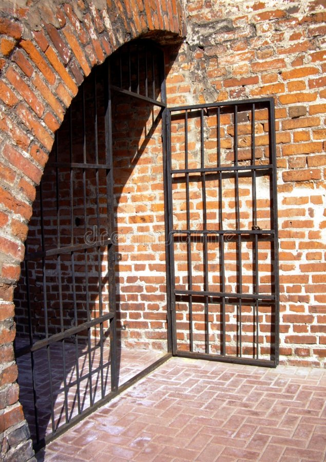 Puerta vieja de la prisión imagenes de archivo