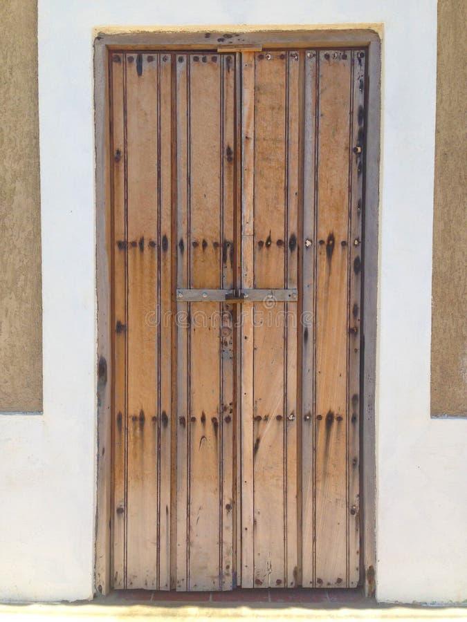 Puerta vieja de una casa colonial hermosa foto de archivo