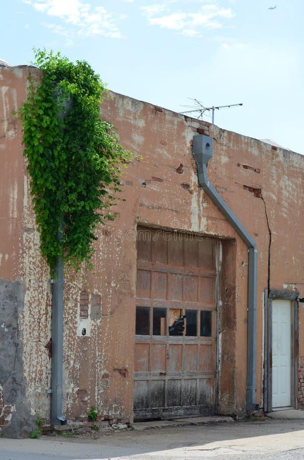 Puerta vieja del garage imagenes de archivo