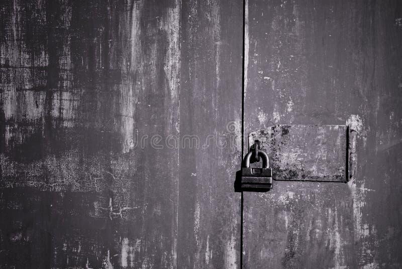 Puerta vieja del hierro con la cerradura imagenes de archivo