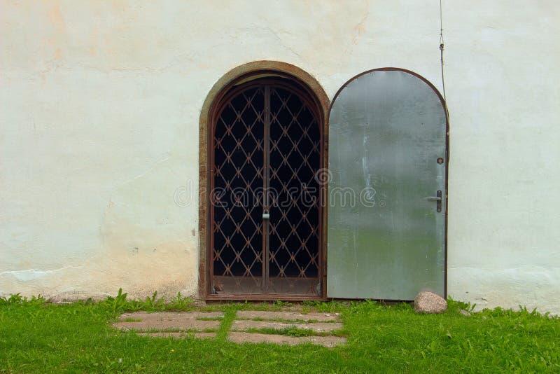 Puerta vieja del hierro con un enrejado oxidado cerrado imagenes de archivo