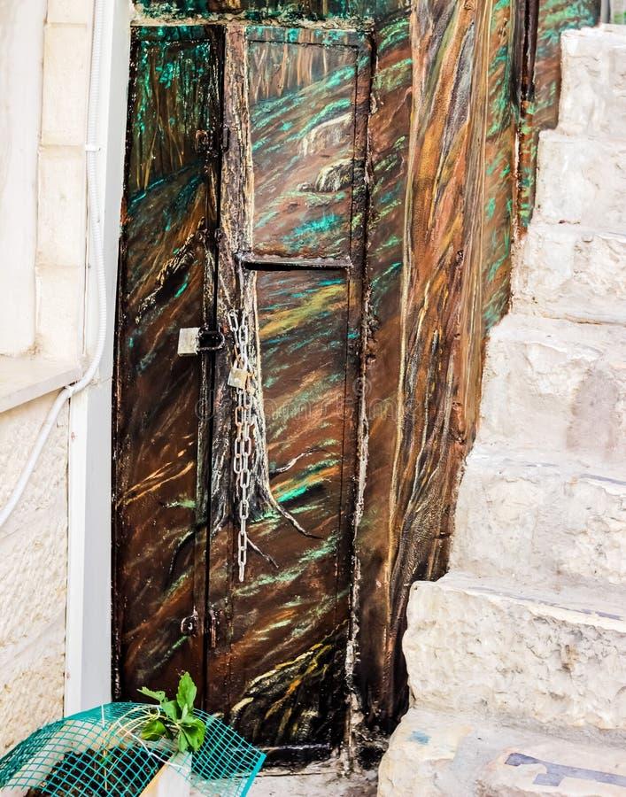 Puerta vieja del metal con la pintura un fondo hermoso del vintage fotos de archivo libres de regalías