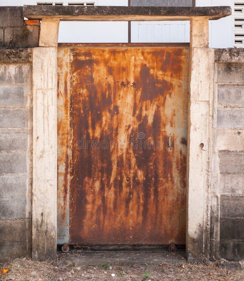 Puerta vieja del metal con oxidado fotografía de archivo libre de regalías
