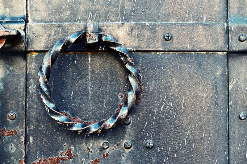 Puerta vieja del metal del grunge con el tirador de puerta de acero torcido Fondo de la vendimia imagen de archivo