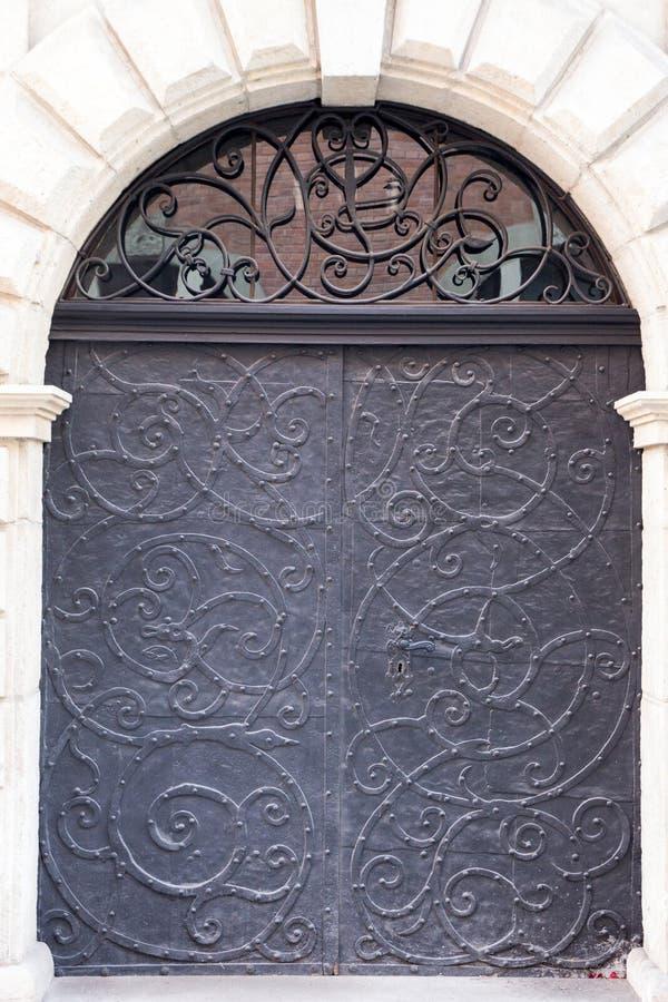 Puerta vieja del metal del negro del vintage fotos de archivo