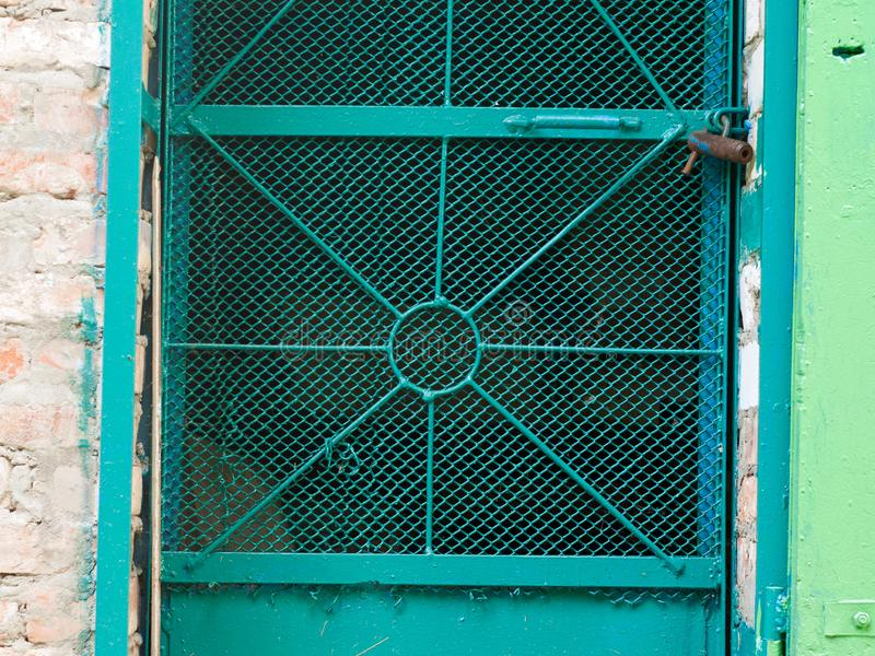 Puerta vieja del metal y de madera con una cerradura oxidada fotografía de archivo