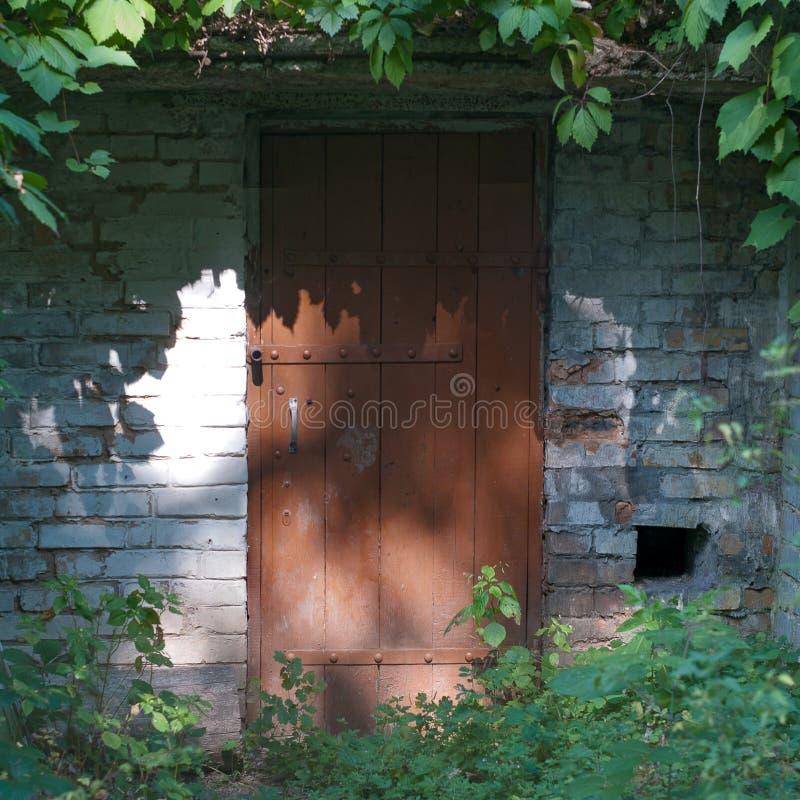 Puerta vieja del metal y de madera con una cerradura oxidada imágenes de archivo libres de regalías