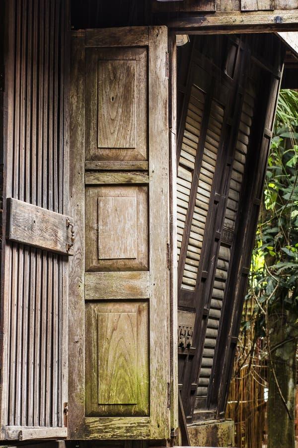 Puerta vieja del teakwood foto de archivo
