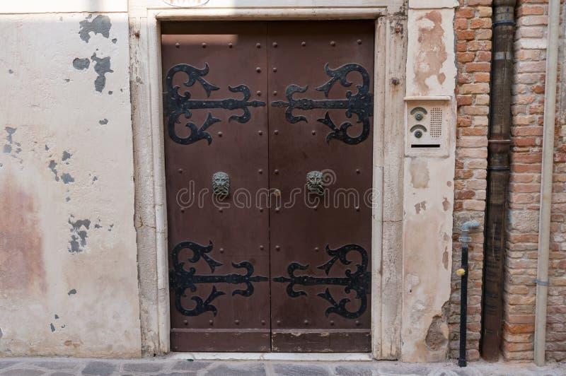 Puerta vieja del vintage con las bisagras y los tiradores de puerta del metal foto de archivo