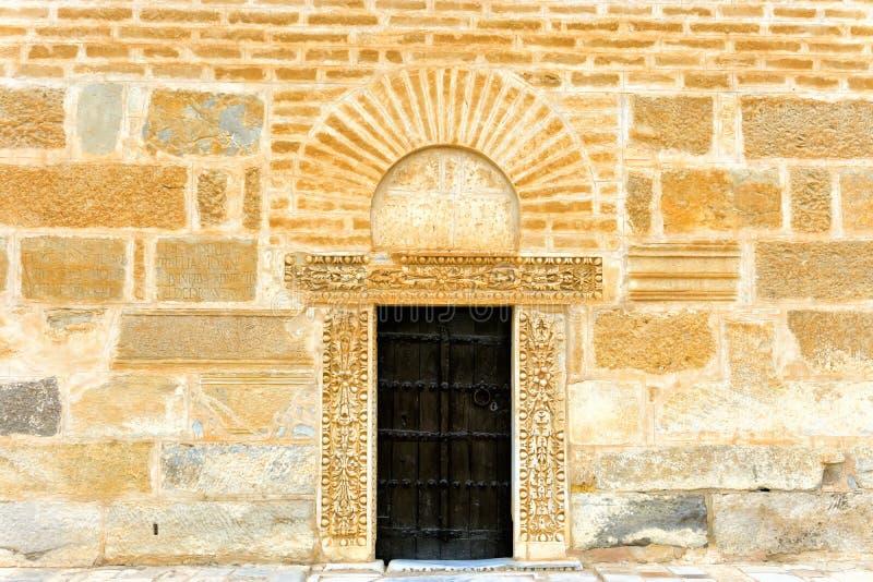 Puerta vieja en pared en Kairouan, Túnez imagen de archivo