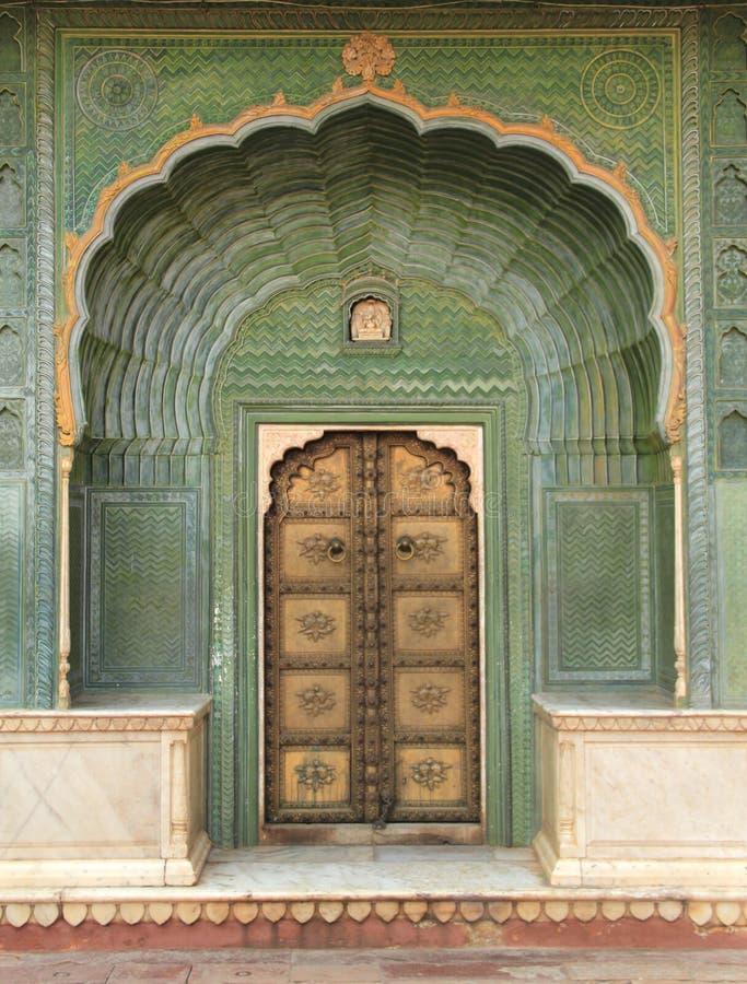 Puerta vieja en un palacio. imagen de archivo