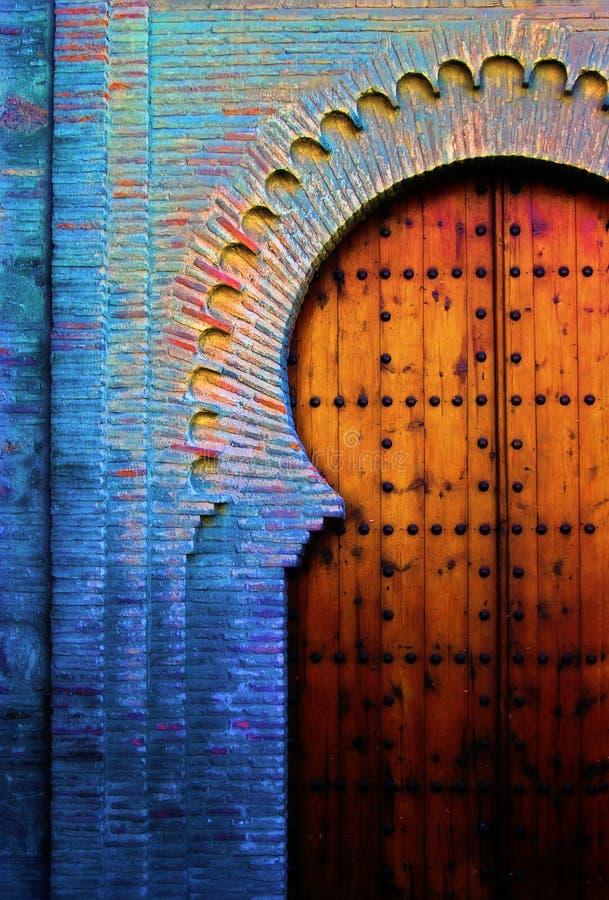 Puerta vieja española imagen de archivo