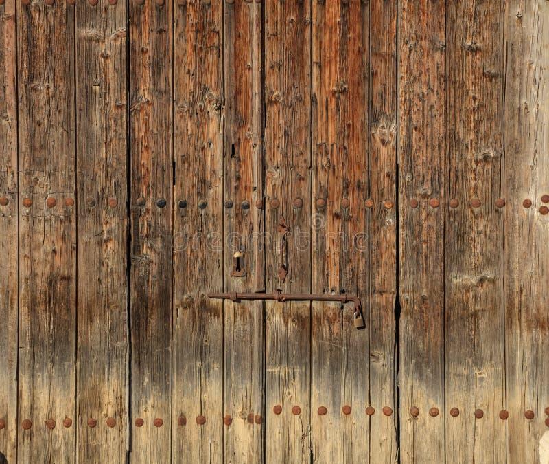 Puerta vieja marrón de madera Espacio para el contexto del texto, el cierre oxidado y el candado Opinión del primer, detalles fotografía de archivo libre de regalías