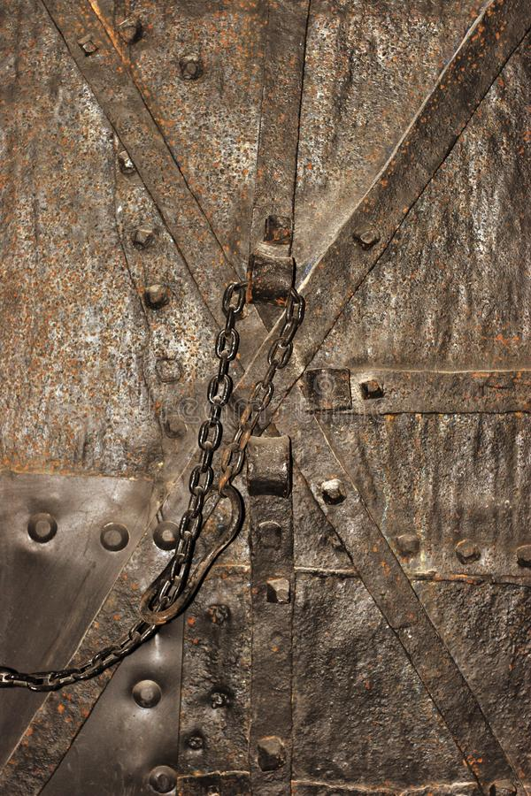 Puerta vieja misma de la mazmorra en castillo medieval imágenes de archivo libres de regalías