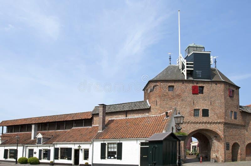Puerta Vischpoort de la ciudad y casas de la pared, Harderwijk imagenes de archivo