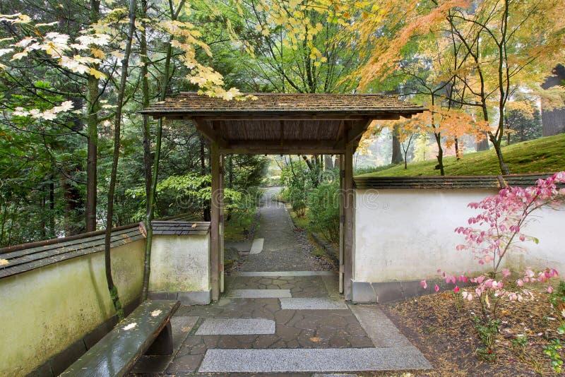 Puerta y camino en jardín japonés fotografía de archivo libre de regalías